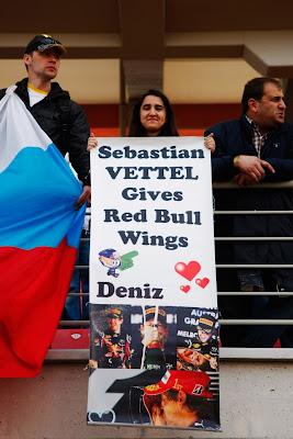 болельщица Себастьяна Феттеля с плакатом на Гран-при Турции 2011