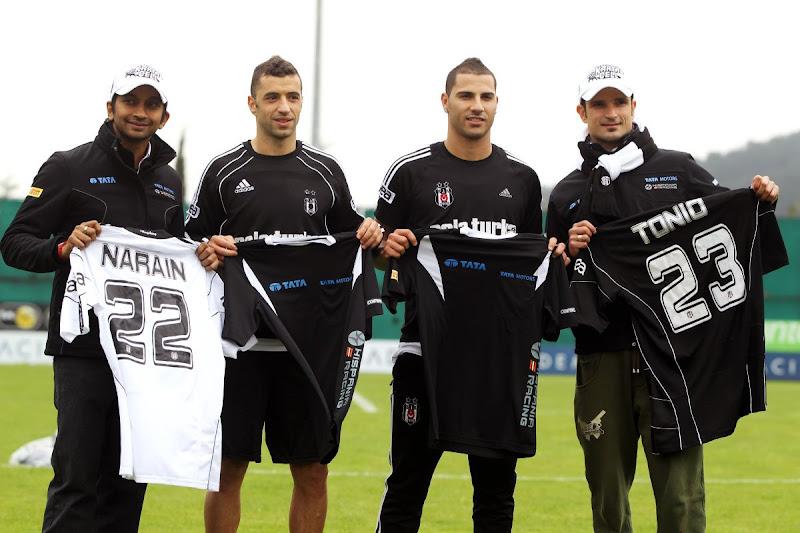 Витантонио Льюцци и Нараин Картикеян с футболистами футбольного клуба Бешикташ и именными футболками на Гран-при Турции 2011