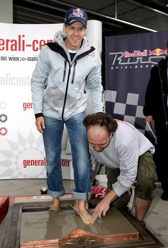 Себастьян Феттель оставляет отпечатки ног