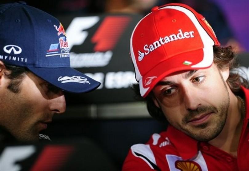 Марк Уэббер что-то шепчет Фернандо Алонсо на пресс-конференции в четверг на Гран-при Испании 2011