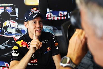 Себастьян Феттель демонстрирует палец в интервью на Гран-при Испании 2011