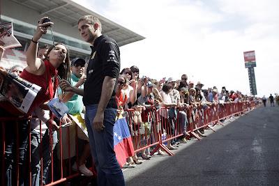 Виталий Петров фотографируется с болельщицей на Гран-при Испании 2011