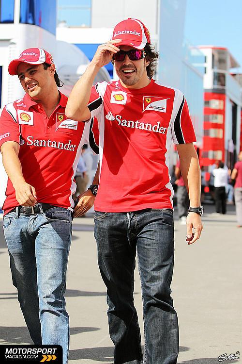 Фелипе Масса и Фернандо Алонсо идут по паддоку на Гран-при Испании 2011