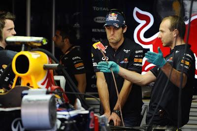 Марк Уэббер с механиками в гараже Red Bull на Гран-при Испании 2011