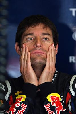 Марк Уэббер растирает лицо на Гран-при Испании 2011
