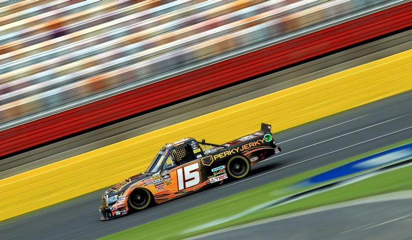 Кими Райкконен в машине NASCAR #15 Perky Jerky Toyota на трассе на этапе NASCAR Truck Series в Шарлотте