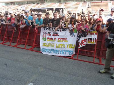 болельщики Себастьяна Феттеля с баннеом на Гран-при Испании 2011