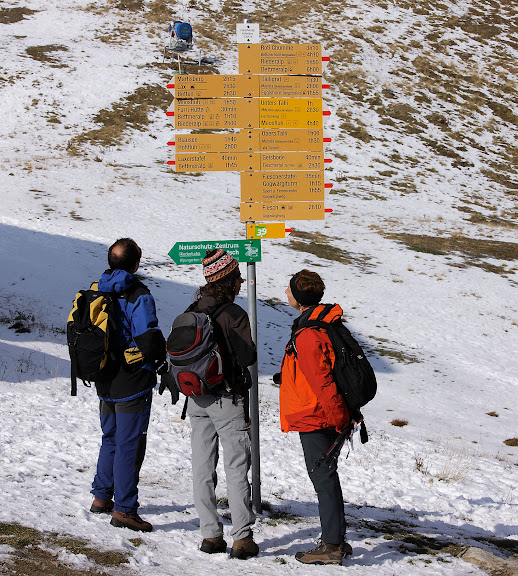 Senyalización de senderos en Fiescheralp, alpes suizos,Valais, Suiza