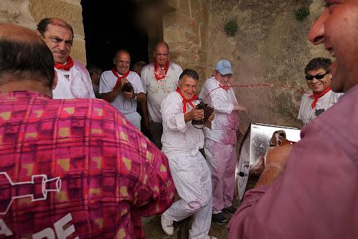 La Batalla del Vino, 29 de junio, inicio de la batalla  una vez acabada la misa en la ermita de San Felices,Rioja Alta, DOC La RiojaHaro, la Rioja,