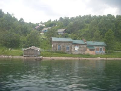 川岸の建物