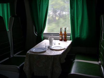 食堂車のテーブル