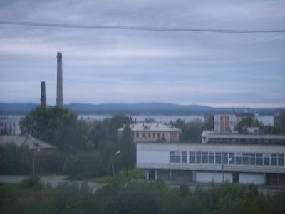 工場の煙突と湖