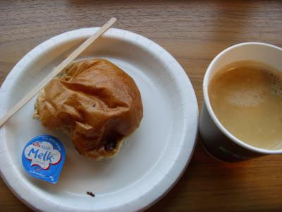コーヒーとパンのセット