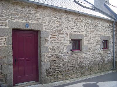 ワインレッドで塗られた窓とドア
