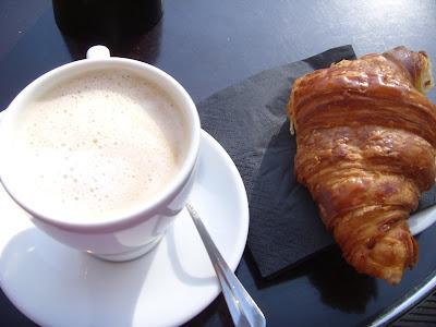 カフェオレとクロワッサン
