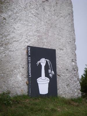 石造りの何かに立てかけてあるイラスト