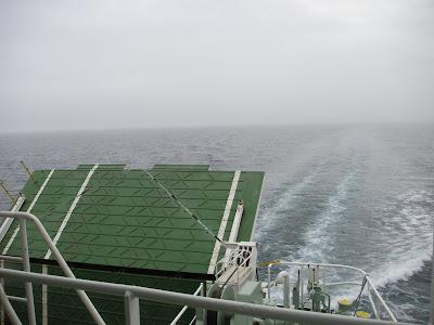 海峡を進む船