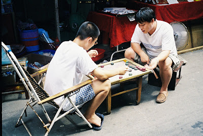 路地で中国将棋をする人