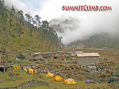 Camping in the Hingku Valley, 3500m (Courtesy of SummitClimb)