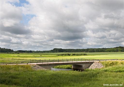 Bron norr om Salsta slott, väg 704