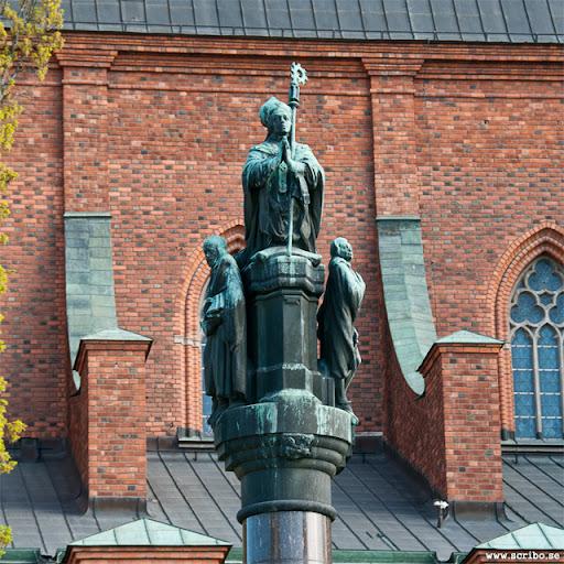 närbild på Jakob Ulvssons staty