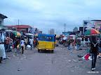Etat de délabrement de l'avenue Bokasa à Kinshasa, entrée grand marché.