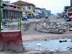 Route délabrée au croisement des avenues du Commerce et Bokasa à Kinshasa.