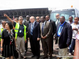 – Au centre, le représentant spécial du secrétaire général de l'ONU en RDC, Roger Meece entouré de ses collaborateurs et de quelques journalistes ce 5/4/2011 à l'aéroport international de Ndjili lors de la visite du lieu où s'est produit le crash d'un avion de la Monusco. Radio Okapi/Ph John Bompengo