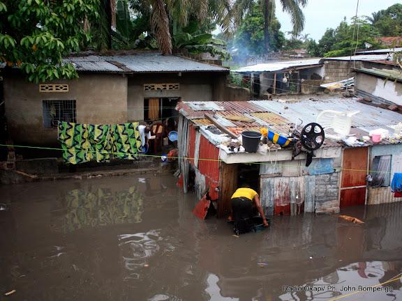 – Des maisons inondées après une pluie à Kinshasa, ce 03/04/2011. Radio Okapi/ Ph. John Bompengo