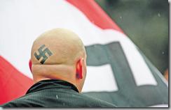Les extrémistes de droite sont toujours plus virulents, que ce soit en Autriche ou dans d'autres pays. Leur activisme monte en puissance, profitant de la banalisation des incidents et de la propagande accrue sur internet. Skokie, Illinois, 19 avril 2002 (Photo AFP)