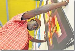 Ibrahima Fathy, de Guinée-Bissau, est actuellement hébergé dans l'abri PCi de Nyon. La peinture lui permet d'exprimer ses émotions. Photo Stéphane Romeu.