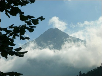 berg in wolk