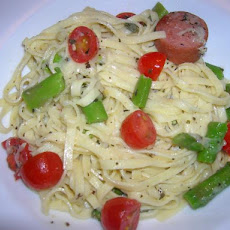 Pasta With Asparagus and Fresh Tomato Sauce