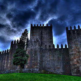 Castle of Guimarães by Mário Costa - Buildings & Architecture Statues & Monuments ( clouds, guimaraes, walls, castle, portugal )