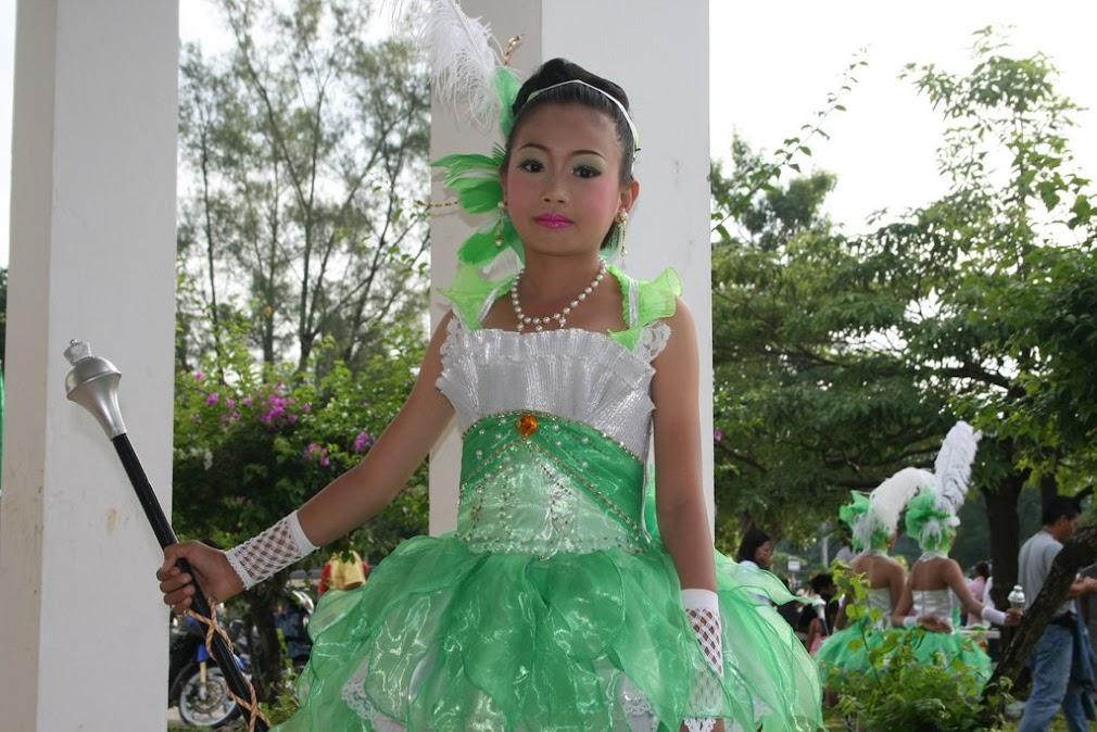 Портрет тайской девочки в праздничном костюме