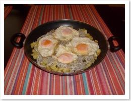 Sartén de gulas, patatas y huevos.
