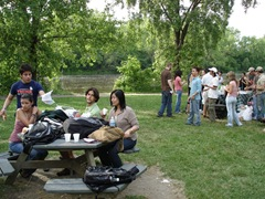 gente comiendo en parque