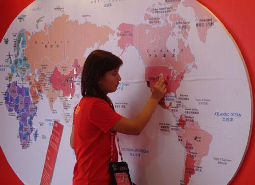 可口可乐工作人员将一枚徽章别到地图上