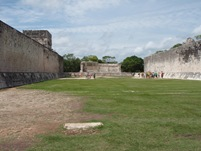 Duas paredes com anéis ao centro. Parece-me um bocadinho mais difícil que basketball! Ao fundo fica o Templo dos Jaguares e dos Escudos.