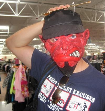 No Wal-Mart a experimentar máscaras para a festa de Halloween