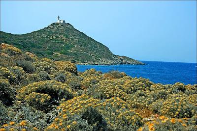 Ege ve Akdenizin kavuştuğu yerde deniz feneri gemicilere yol gösteriyor.