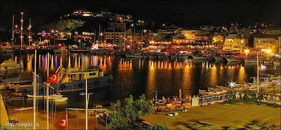 Anfi tiyatro yat limanına bakan çok güzel bir yere kurulmuş.