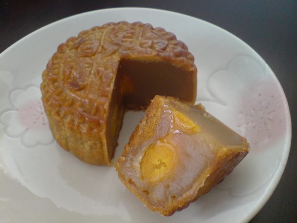 cut mooncake