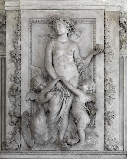 Venus, ook wel gelijkgesteld met de Griekse Aphrodite, is misschien wel de bekendste godin. Als een waar familieportret ziet u Venus' kinderen Cupido en Anteros vechten om hun moeders aandacht. Hoewel Venus getrouwd is met Vulcanus, krijgt zij de kinderen met haar minnaar Mars. Om haar heen ziet u attributen, waaraan u Venus kunt herkennen. De dolfijn en schelpen verwijzen naar het verhaal van Venus' geboorte uit de zee. De appel in haar hand verwijst naar een Griekse mythe en staat ook wel bekend als het 'oordeel van Paris'. In de mythe strijden de ijdele godinnen Hera, Athena en Aphrodite om een gouden appel met daarop geschreven: 'voor de mooiste'. Paris, zoon van de Trojaanse koning Priamos, krijgt de onmogelijke taak om tussen de drie godinnen te kiezen. Hij kiest voor Aphrodite, die hem als beloning de oogverblindende Helena belooft, de mooiste vrouw op aarde. Zijn verbintenis met Helena leidt uiteindelijk tot de Trojaanse Oorlog. De moraal: kleine onenigheden kunnen grote gevolgen hebben.