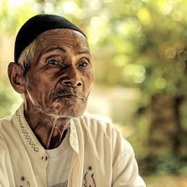 Pak tua punya cerita by Reza Unyil - People Portraits of Men