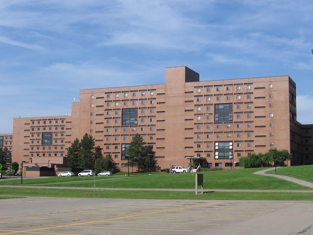 Bâtiments à lest du campus
