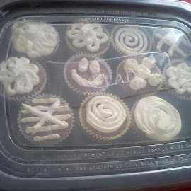 Cupcakes by Wesley Swank - Food & Drink Candy & Dessert ( chocolate, cupcakes, frosting, vanil, frosty )