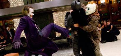 Batman tomando uma surra do Coringa