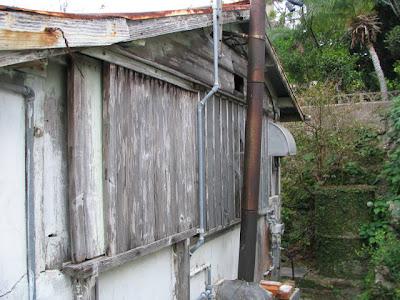 旧さくら家・古びたトタン屋根の店舗跡の厨房付近