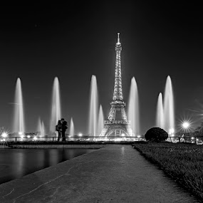 Kiss by Ivan Bertusi - City,  Street & Park  Night ( parigi, francia, d7100, parigi 2014 )